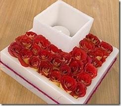centro-de-mesa-moderno-con-fanales-y-flores-