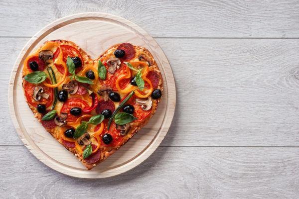 Menu para la cena de san valentin pizza con forma de corazon