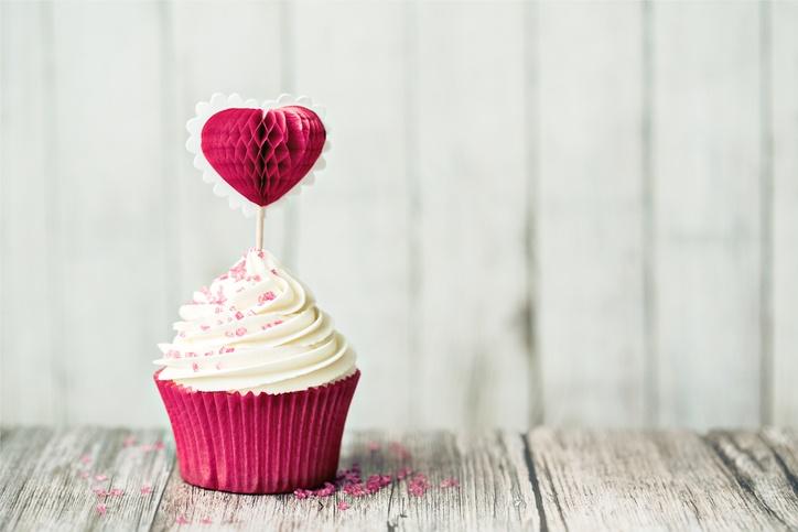 Postres para san valentin cupcake con forma de corazon de fresa