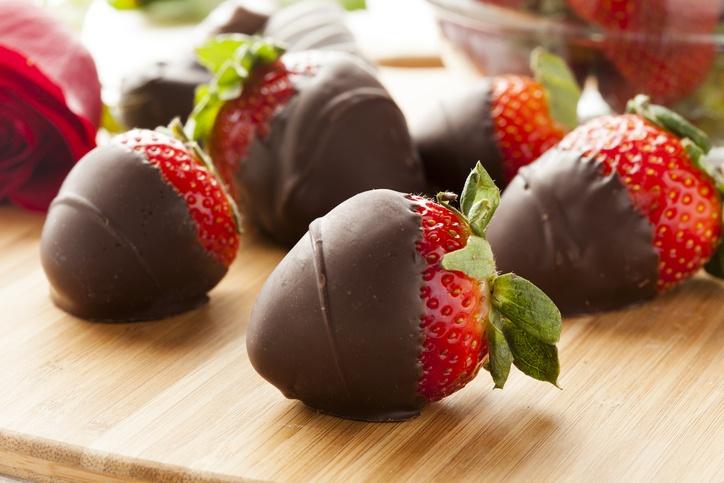Postres para san valentin fresas con chocolate caliente