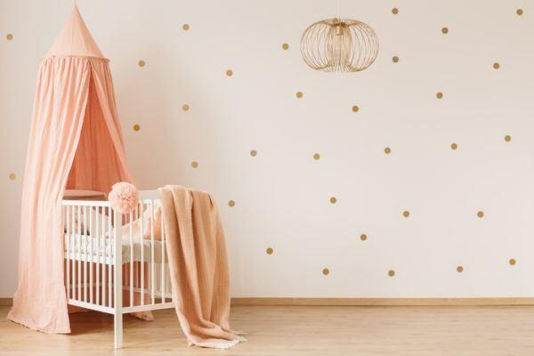 como-decorar-una-habitacion-de-bebe-dosel-istock