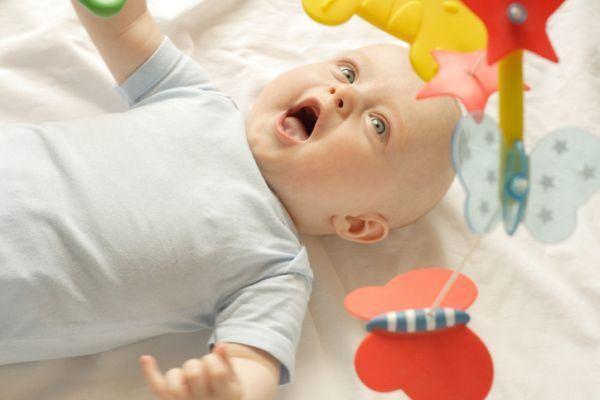 como-decorar-una-habitacion-de-bebe-movil-cuna-istock