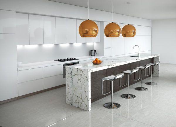 Cocinas grises con lamparas doradas