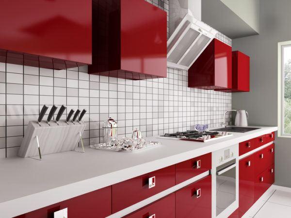Cocinas grises con muebles rojos