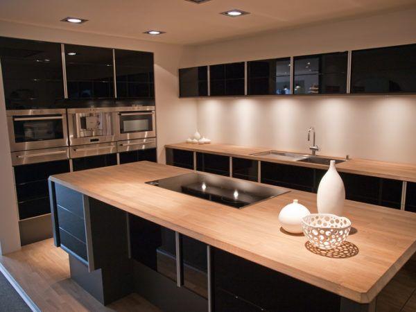Cocinas negras con madera