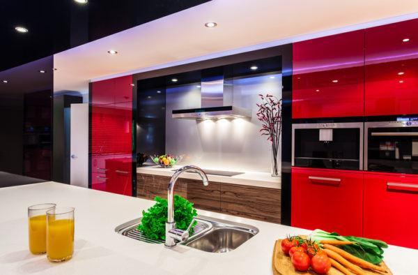 Cocinas negras rojas y madera