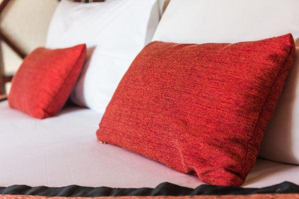 Como decorar habitaciones romanticas color rojo cojines