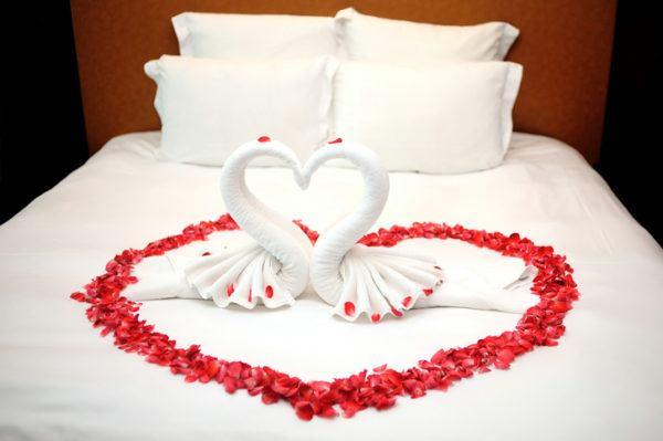 Como decorar habitaciones romanticas color rojo petalos de corazon