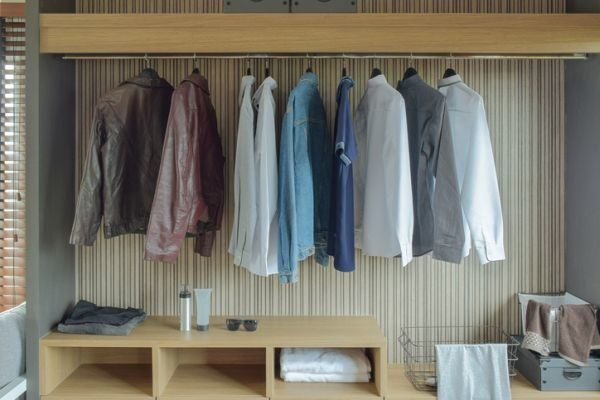 como-organizar-un-vestidor-pequeno-madera-istock