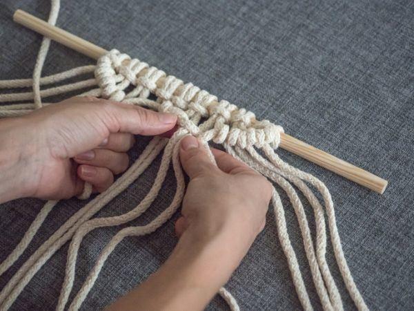 como-hacer-un-tapiz-de-macrame-casero-istock3
