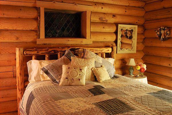 Como decorar con troncos de madera dormitorio rustico cama