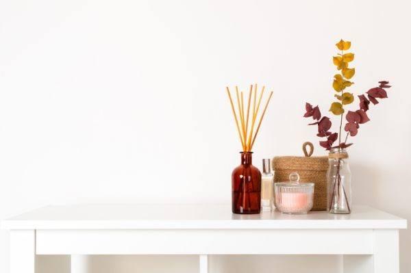 como-hacer-un-ambientador-casero-palos-y-flores-istock