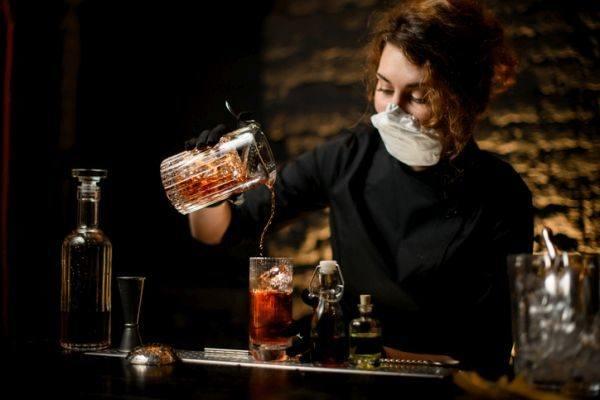 medidas-proteccion-covid-invitados-en-casa-invitados-sirviendo-bebidas-istock