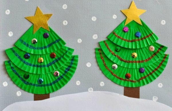 Abeto navideño con papeles de magdalenas