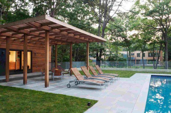 Ideas para decorar terrazas cubiertas estilo minimalista tumbonas junto piscina