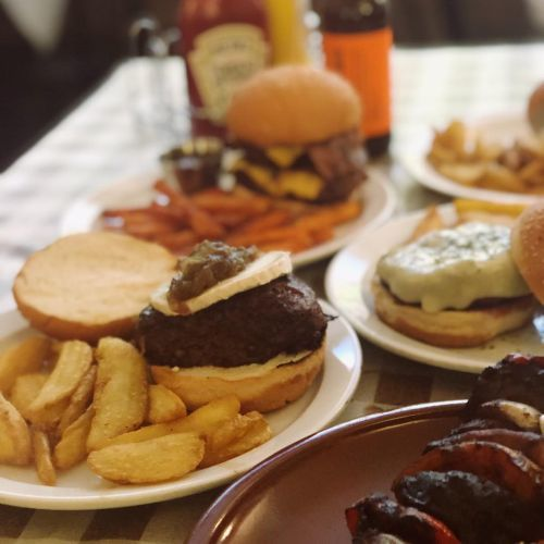 Mesa con platos de hamburguesas