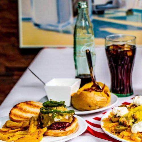 Mesa de barbacoa con comida y bebida