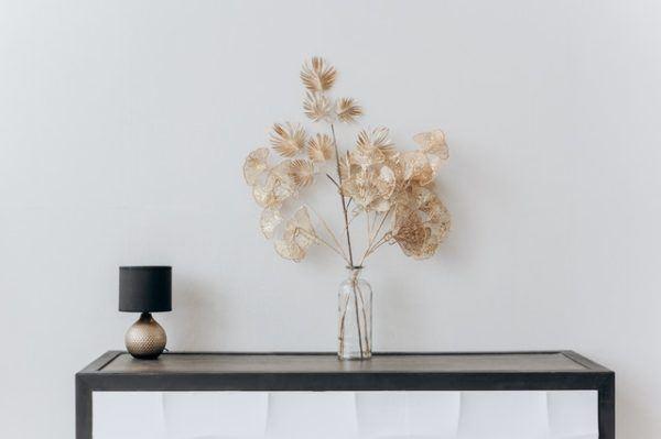 Flores decorando estantería