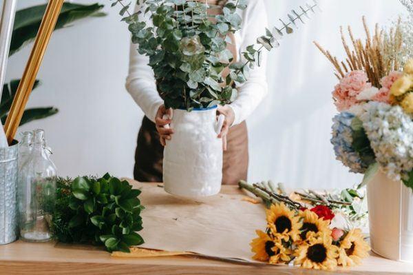 Decorando jarrones con flores