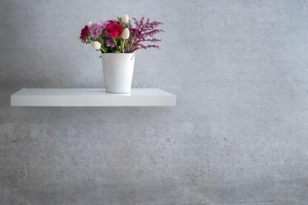 Estante con soportes ocultos con flores