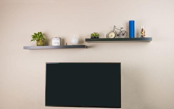 Estante con soportes ocultos sobre tv