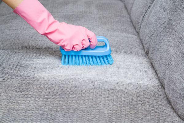 Como limpiar un sofa de tela cepillando sofa