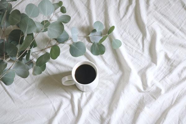 Taza de café en la cama