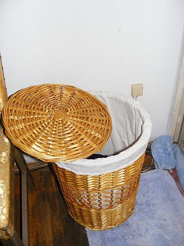 poner una bolsa de tela dentro de un cesto grande es una solucin prctica y decorativa para esconder la ropa sucia y mantener el bao en orden