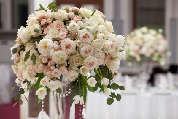 por el jarrn y las flores es elegante y bonita y por ello es de las versiones ms utilizadas en cuanto a centros de mesa para bodas y