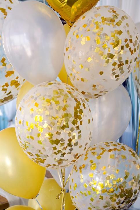 Decoracion casa globos con pegatinas doradas