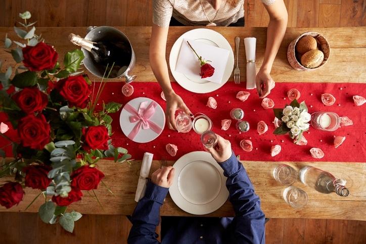 Decoracion para la mesa de la cena de san valentin con camino de mesa rojo