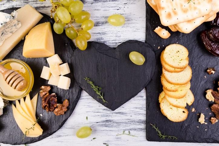 Menu para la cena de san valentin entrantes tabla de quesos