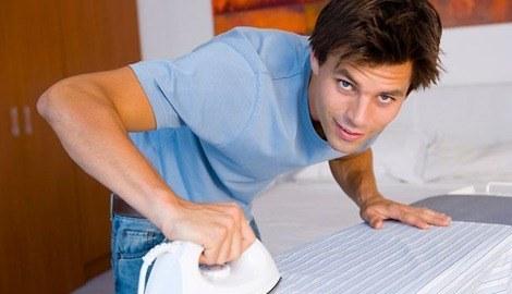 880690-man-ironing