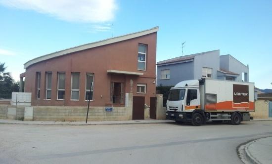 reparar-las-grietas-en-las-paredes-con-uretek-camion-edificio
