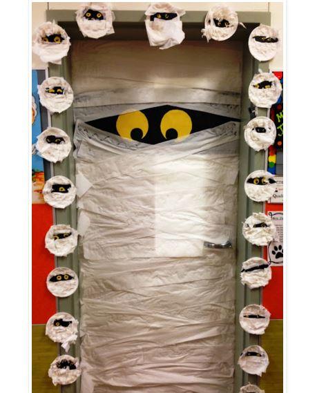 Decorar la puerta para halloween for Decoracion para puertas halloween