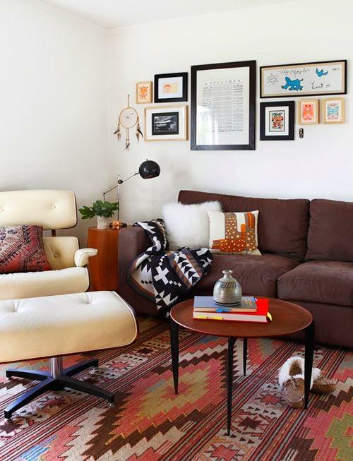 salones-modernos-pequenos-pared-blanca-sofas-colores