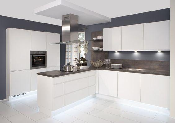 muebles de cocina blancos con encimera negra con un gris metalizado que queda de maravilla