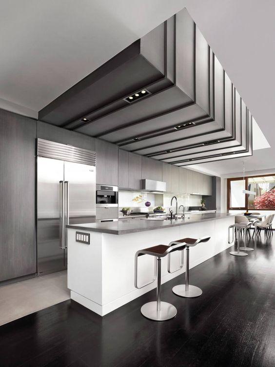hay algo mejor que una barra en la cocina s una barra moderna en la cocina con frigorfico americano xl y tarima negra para disimular las bebidas que
