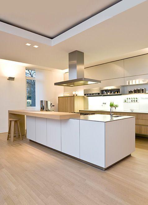 que no tienes mucha luz natural en la cocina sin problema armarios blancos mucha luz de led y madera de haya para que tu cocina parezca una apple store