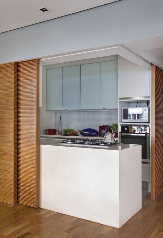 otra cocina americana separada del saln por puertas correderas una zona con fogones una barra posterior y dos contados