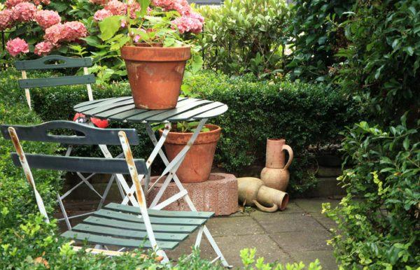 el primer ejemplo de decoracin de jardines pequeos con piedras que traemos es delicioso a una sencilla mesa con dos