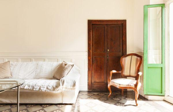no te compliques un sof vintage un armario del pueblo y un butacn de wallapop por euros tienes decorado tu saln rstico pequeo