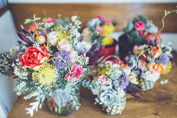 jarrones con flores cermica