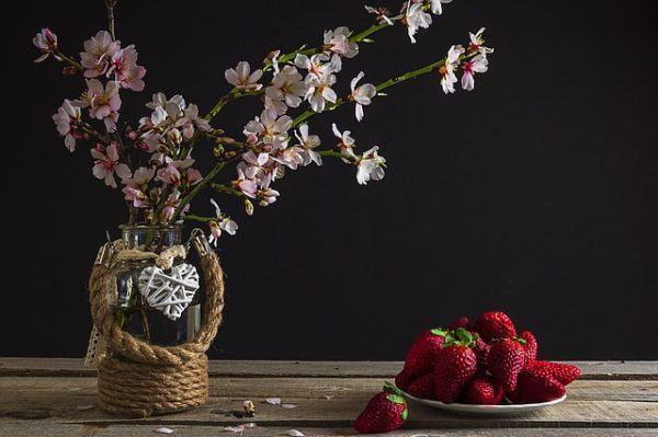 jarrones con flores bombillas de luz