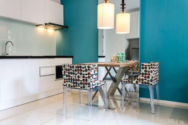 Cocinas azules sillas cuadradas