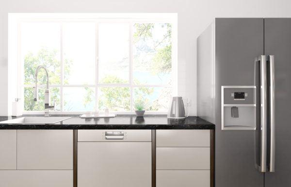 Cocinas grises con gran ventana