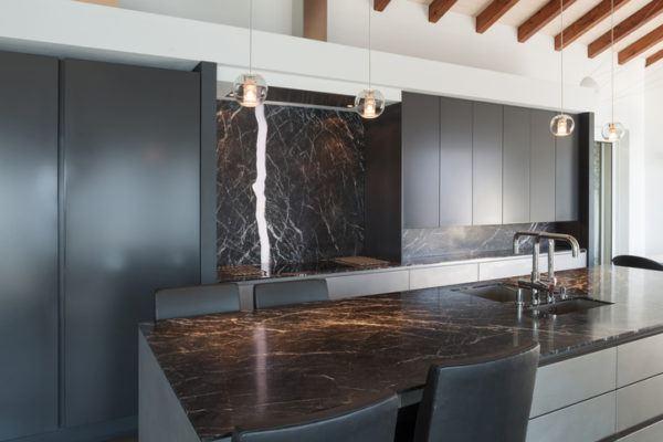 Cocinas negras con marmol
