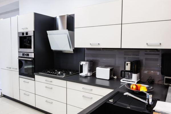 Cocinas negras y blancas