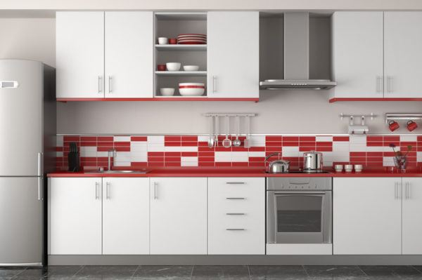 Cocinas rojas con azulejos bicolor