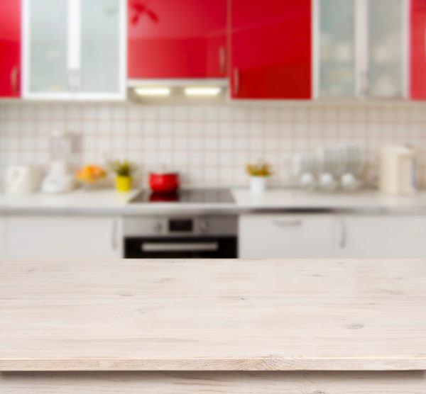 Cocinas rojas con madera
